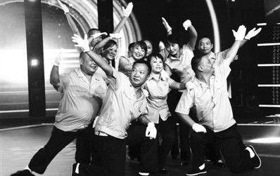 《最炫民族风》中的广场舞团队队员都以中老年人为主。